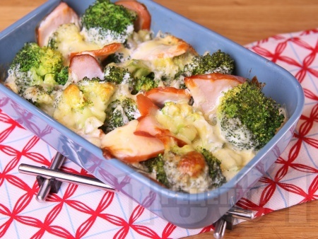 Бърза запеканка от броколи на фурна с пушено пилешко филе, синьо сирене, сметана и кашкавал - снимка на рецептата